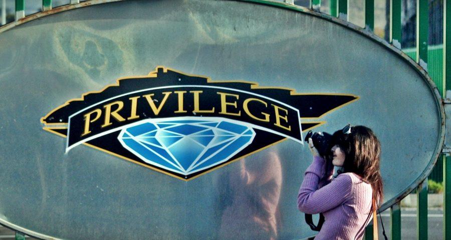 #privilege: chi non paghi si rivede